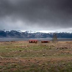 TWO HOUSES AND ROCKY MOUNTAINS  Edition Unique Format 84cm x 54cm  Edition 1/1 Papier d'art Moab Somerset Rag Museum  300g - 100% coton Signée et numérotée Tarif 980,00 € (+ Frais d'expédition)