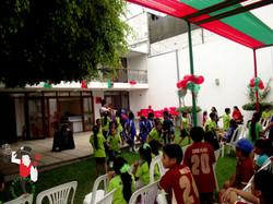 2015.12.08_Show_Voluntariado_ScotiaBank_y_los_niños_de_Alto_Trujillo,_Trujillo,_Peru_5_bis