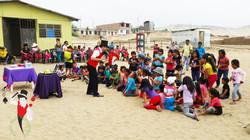 2015.12.19_Show_con_Antark_Constructora_por_los_niños_del_Porvenir_en_Alto_Trujillo,_Peru_1_bis