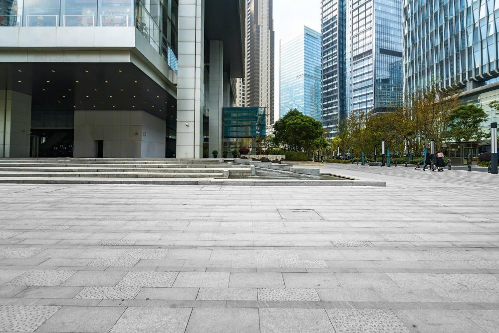 ruas e prédios vazios em decorrência do coronavírus