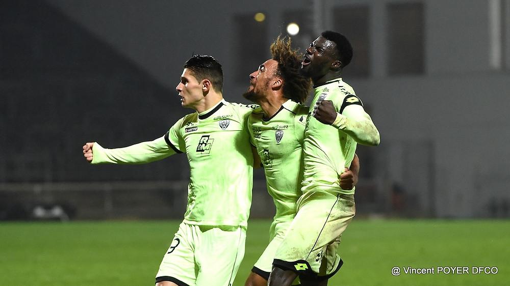Alex Dobre, Sacha Boey et Mama Baldé savourent le but de la victoire face à Nîmes aux Costières.
