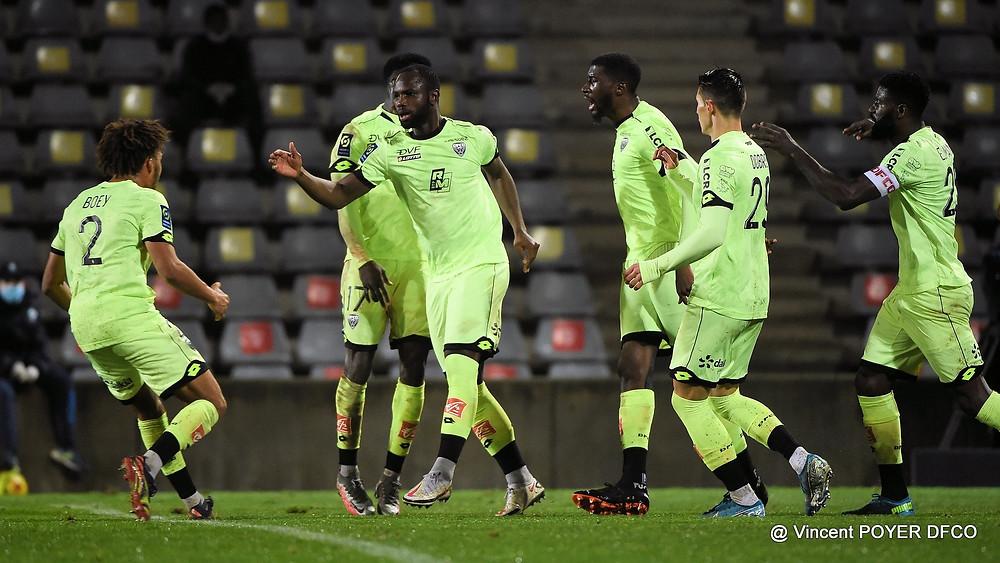 Moussa Konaté est congratulé après son but face à Nîmes aux Costières dans la victoire du DFCO lors de la 15e journée de Ligue 1
