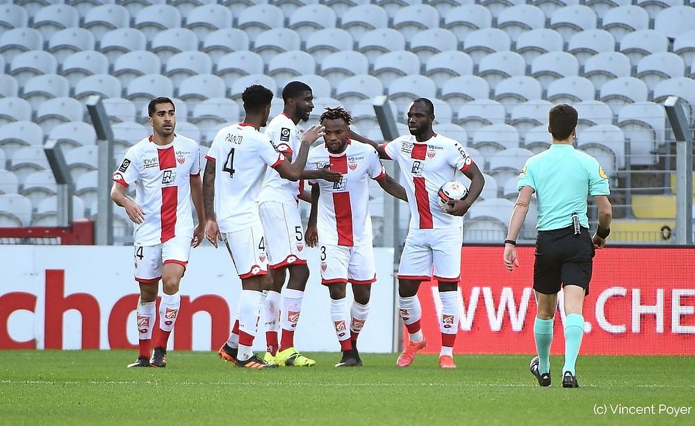 Les joueurs du DFCO célèbrent le but de Glody Ngonda face à Lens