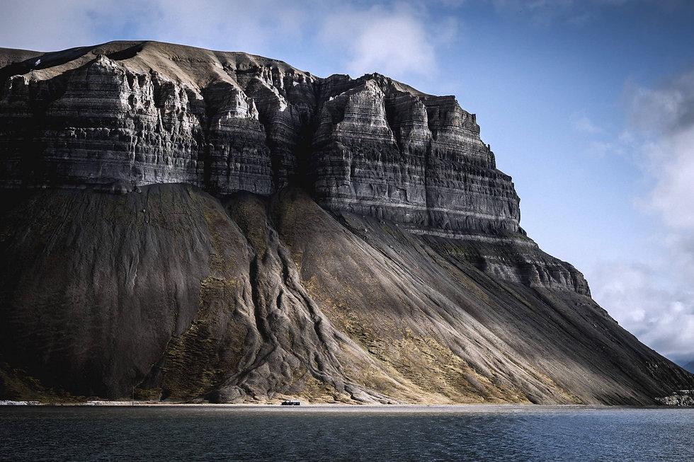 Strukturell geprägte Klippe am Meer