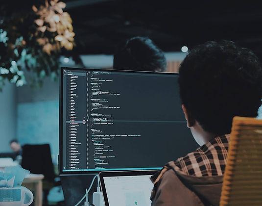 Person am Arbeitsplatz an Desktop mit Co