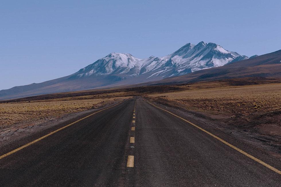 leere Straße in trockener Landschaft mit