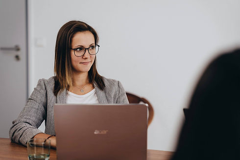 junge Frau in Besprechung am Laptop