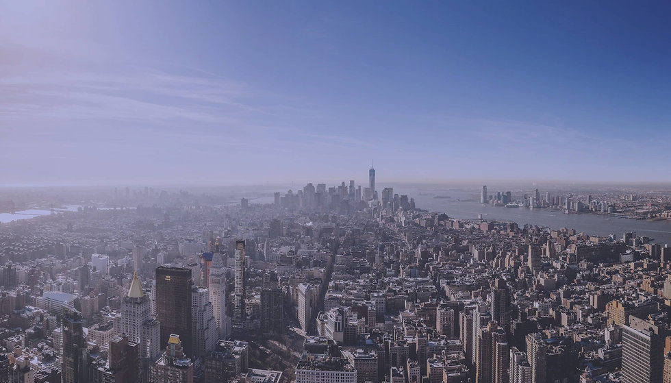 Blick über eine Stadt mit viele Wolkenkr