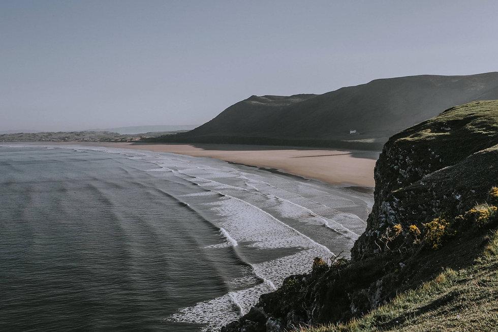 Bucht mit Strand und großen Wellen