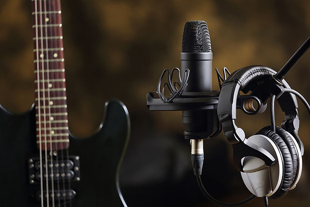 Closeup_Headphones_Microphone_Guitar_534
