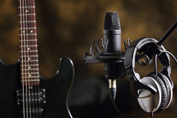 Closeup_Headphones_Microphone_Guitar_534