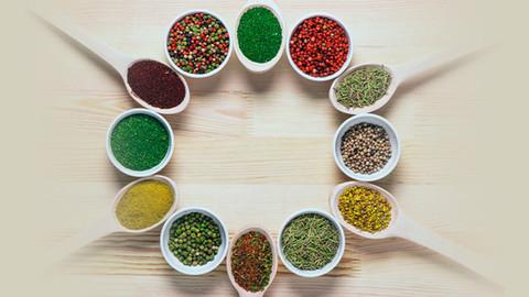 Reduza o sal da comida usando ervas e especiarias