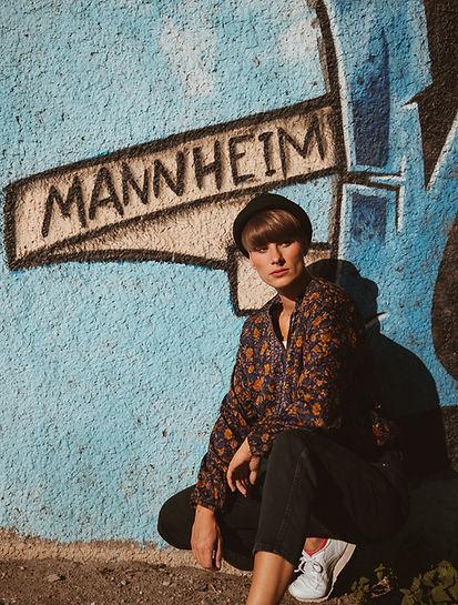 """Frau mit upcycled Sarijacke """"Nicosa"""" aus vintage Sari. Hintergrund Mannheim"""