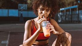 Mulher bebendo suco