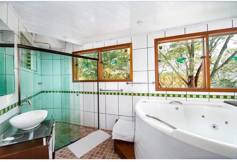 Banheiro com hidromassagem.jpeg