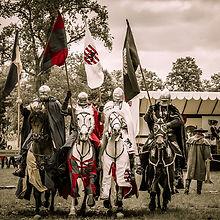 4 ridders te paard tijdens paardenshow