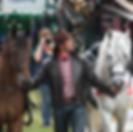 Cowboy met paarden tijdens een western spektakelshow