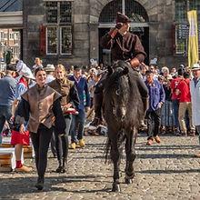 Graaf te paard tijdens evenement