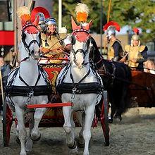 Romeinse strijdwagen met paarden en romeinen.