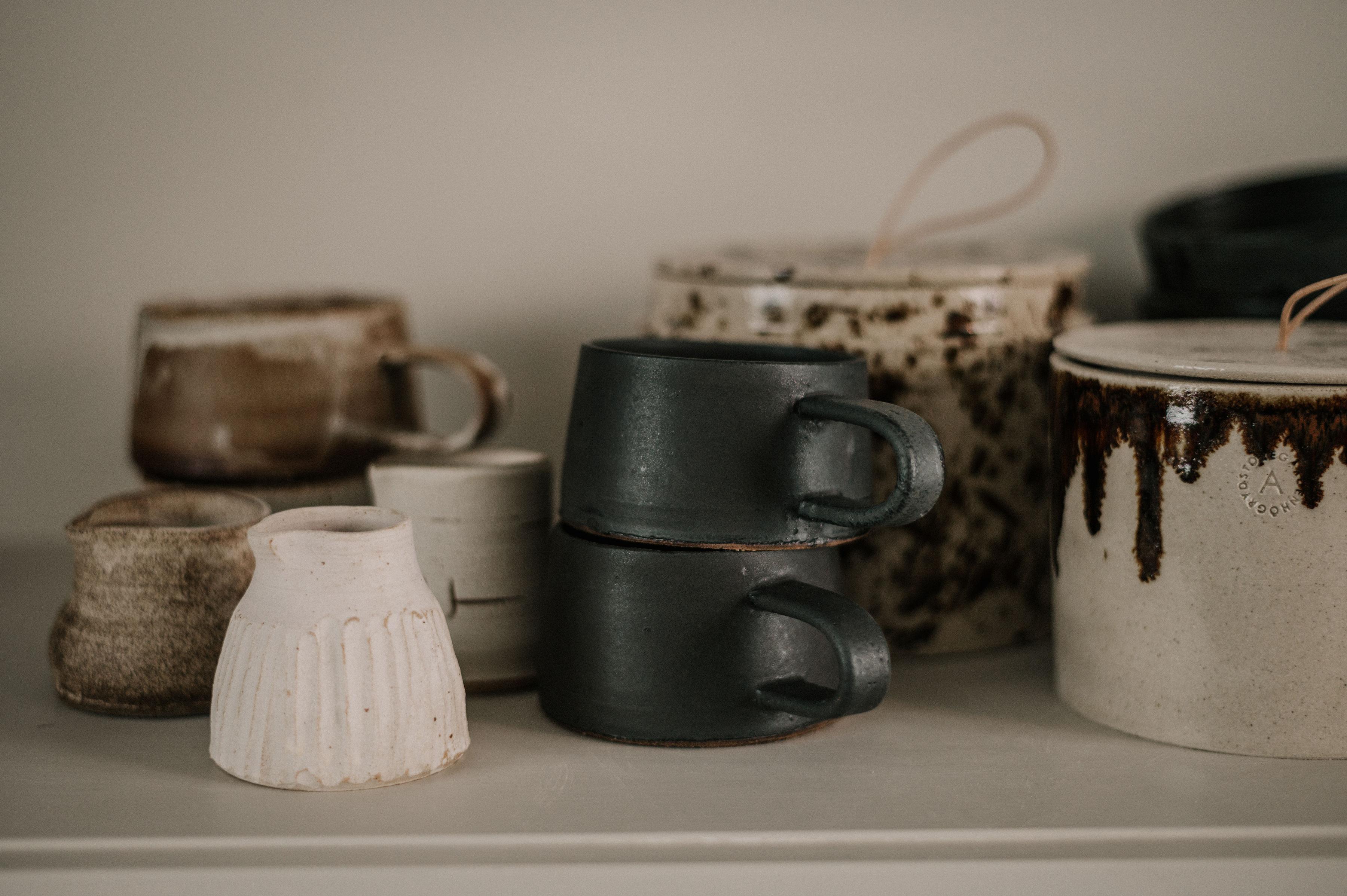 Mjölkkannor, koppar och kaffeburkar