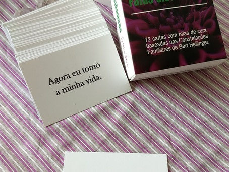 Demonstração do uso das cartas para um auto trabalho de cura e conhecimento.