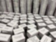 Na imagem aparecem dezenas de pilhas de cartas, durante a separação e montagem dos conjuntos, na Gráfica.