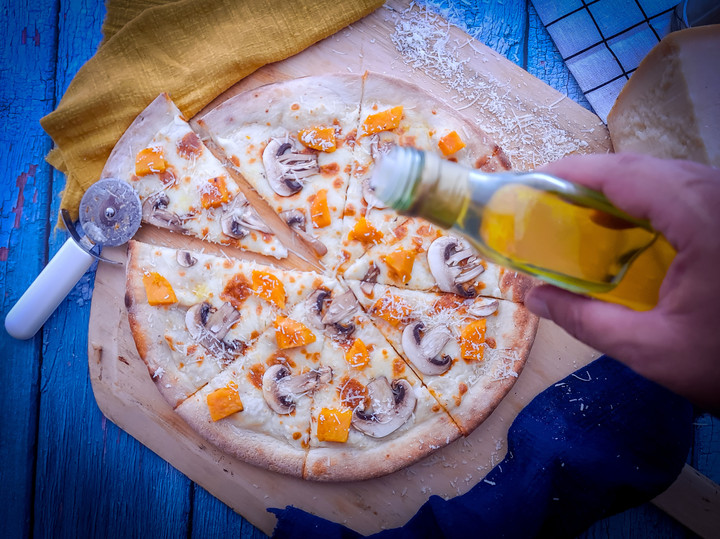 פיצה מוקרמת בטטה פטריות פרמזן וזילוף של שמן כמהין