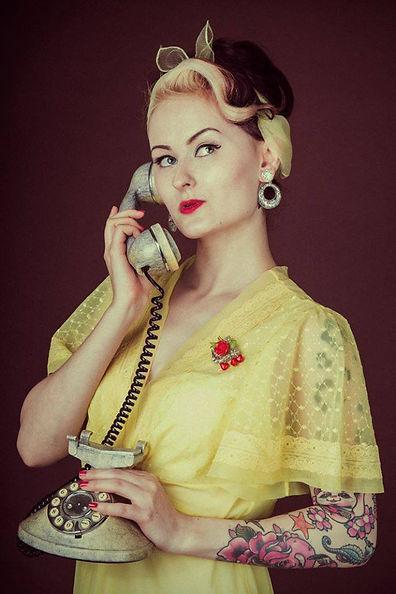 Pin up portant des bijoux Rétro Chérie en train de téléphoner