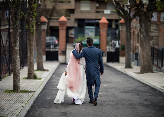 Recién casados en el centro de Madrid boda organizada por Dile que Sí