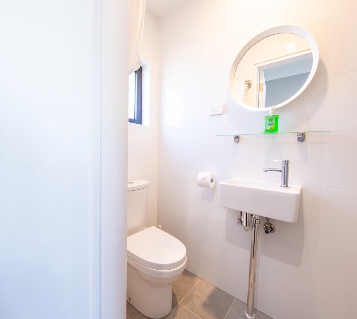 Deluxe Bathroom 2.jpg