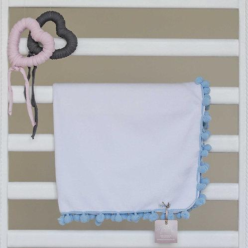 manta branca com pompom azul