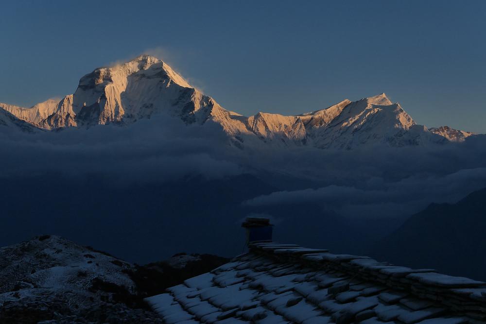 Treking greben Kopre: Daulaghiri se dviguje na drugi strani doline Kali Gandaki.