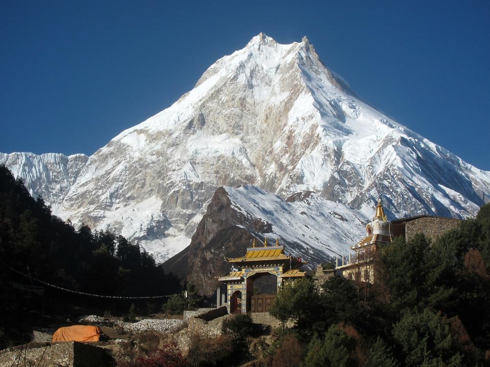 Osemtisočak Manaslu se dviguje nad samostanom v vasici Lho.