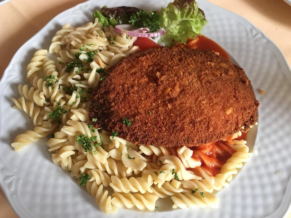 定番のものとは違い、豚肉のソーセージで作られたイェーガーシュニッツェル
