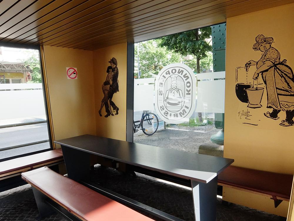 簡素な食事スペースには、ベルリンで活躍したHeinrich Zilleの絵が
