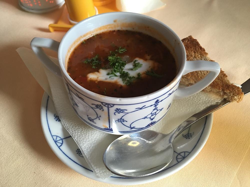 ソリャンカという名前の酸っぱいスープ