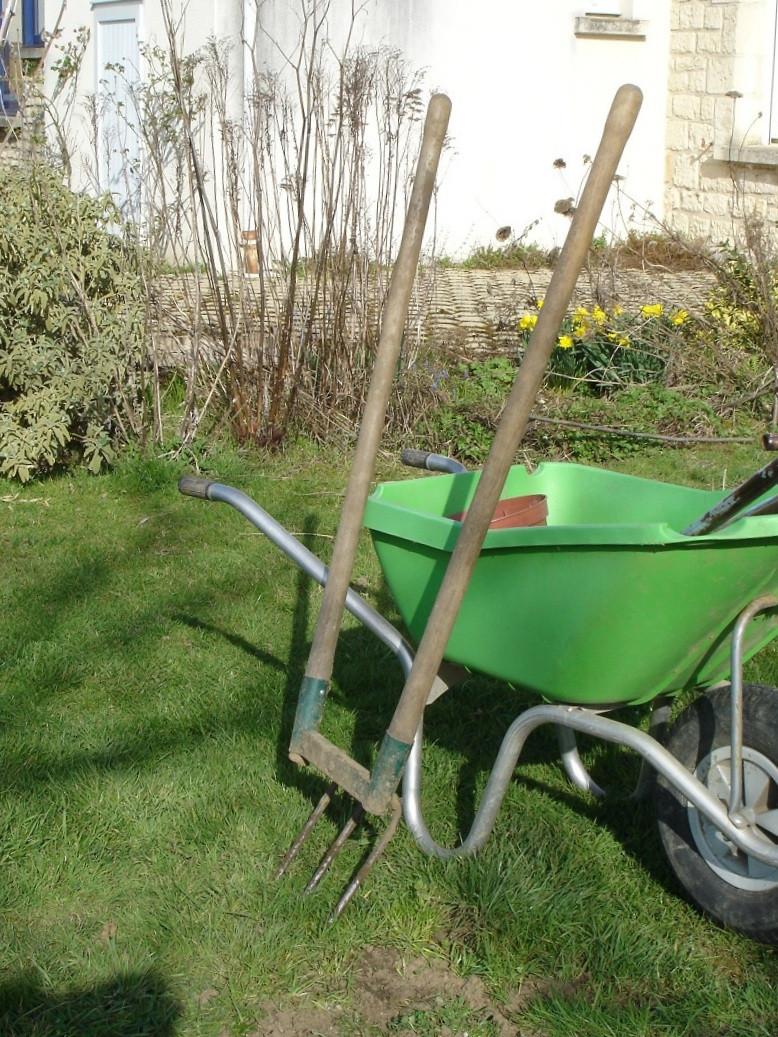 La Grelinette : un outil très pratique, avec ses deux manches qui permettent de l'incliner d'avant en arrière pour ameublir le sol.