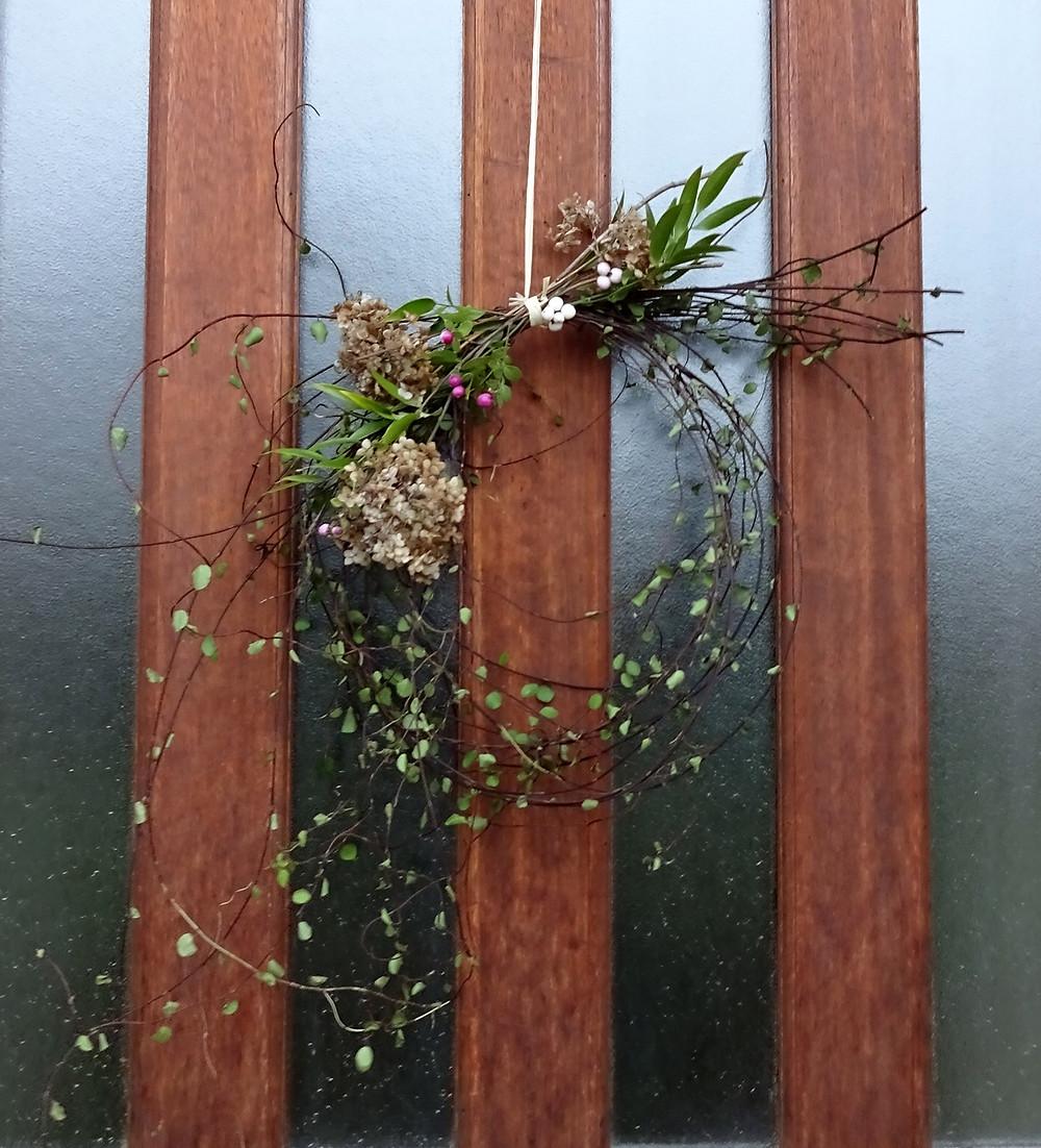 Couronne de Noël zéro grammes de carbone (Muehlenbeckia complexa, Hydrangea 'Annabelle', Symphoricarpos 'Hancock', Danae racemosa)