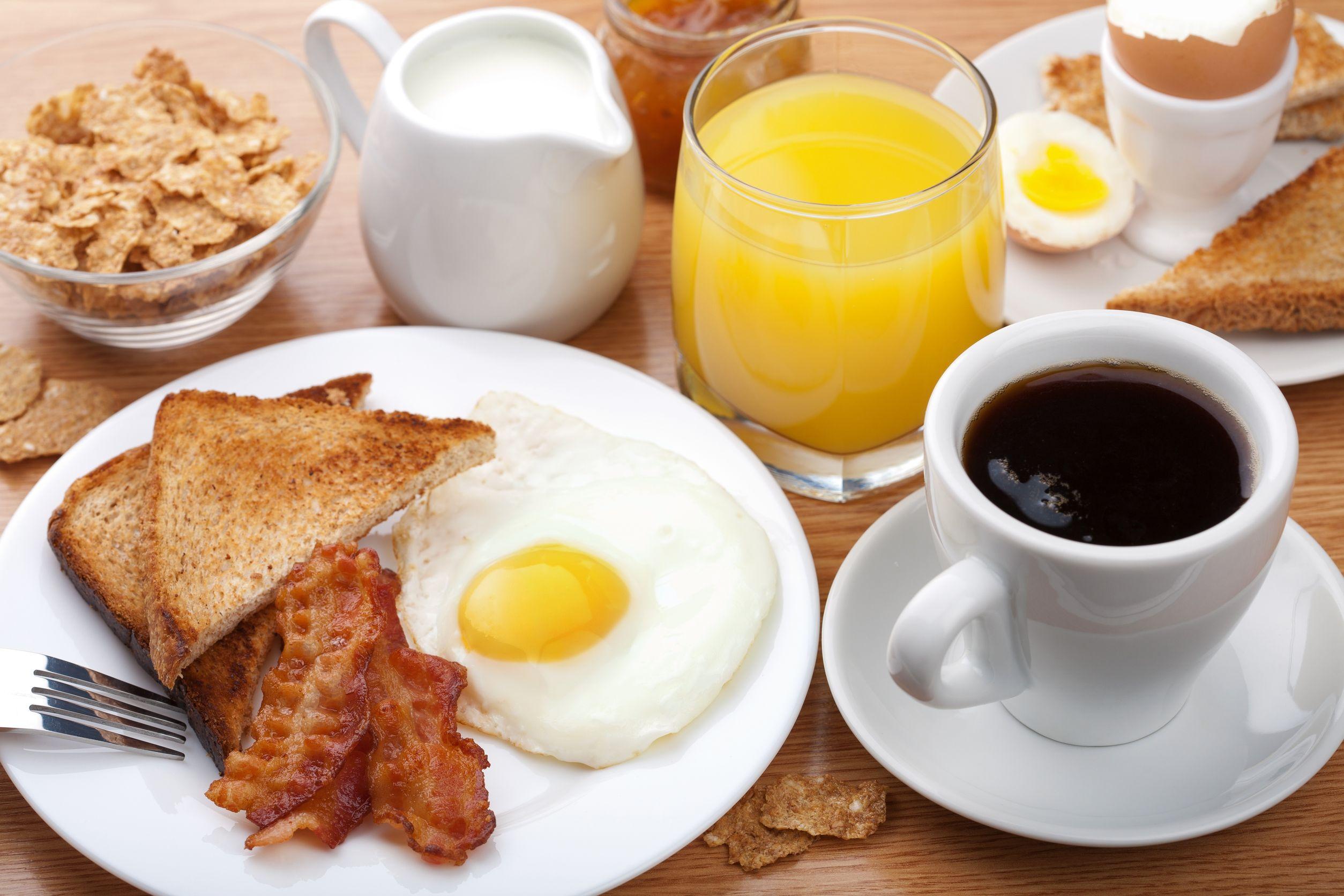 que debemos desayunar en las mañanas