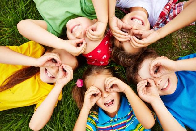 enfants-jouant-herbe_1098-504.jpg