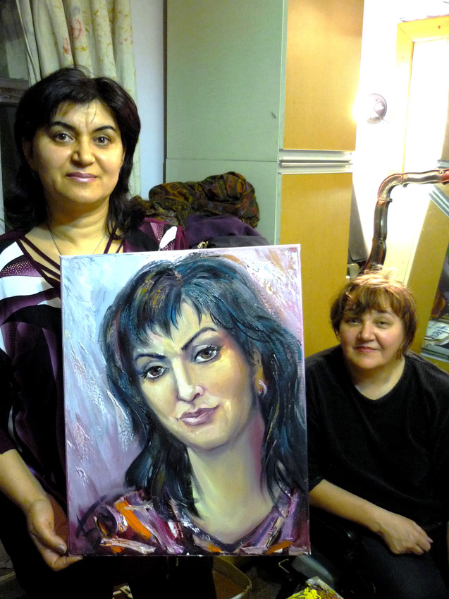 Севинч Учгюль (Турция) с портретом