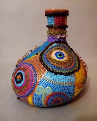 Капля.Декоративная керамическая ваза ассимертичной формы, высотой 15 см. Декор изделия выполнен в смешанной технике с использованием натур