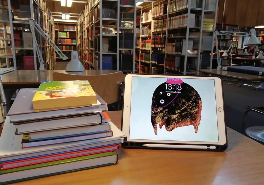Rätselbücher und Tablet im Lesesaal einer Bibliothek