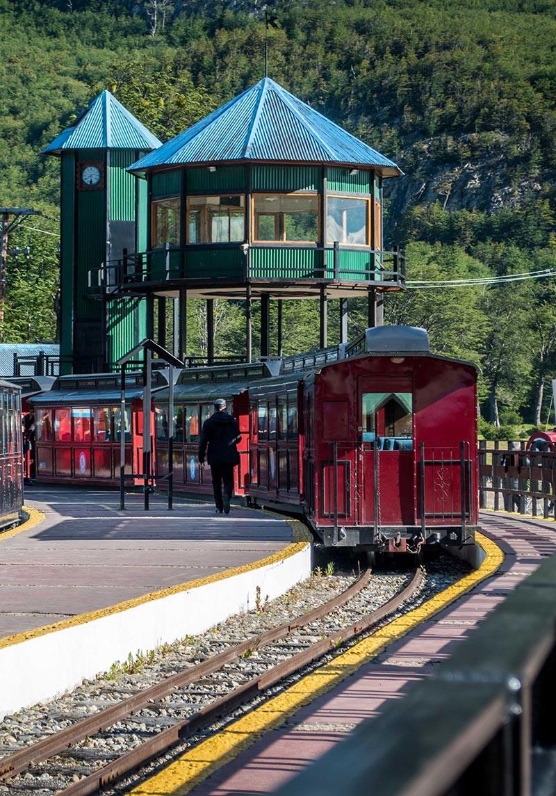 Ushuaia_FinDelMundo_Faro_Turista_en_Buenos_Aires_NearBA_Tren