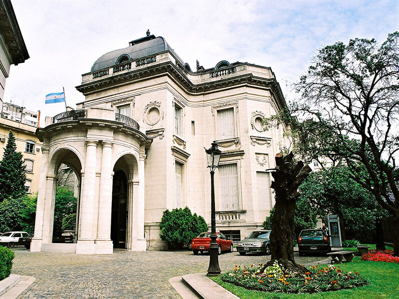 Turista_en_Buenos_Aries_Museo_Arte_Decorativo
