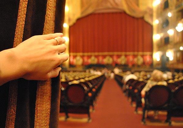 Turista_en_Buenos_Aires_Teatro_colon