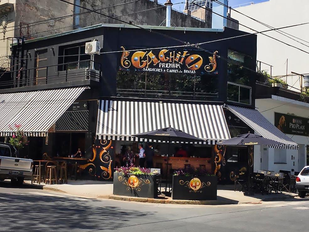 Turista_en_Buenos_Aires_Cachito_Premium_parrilla_al_paso