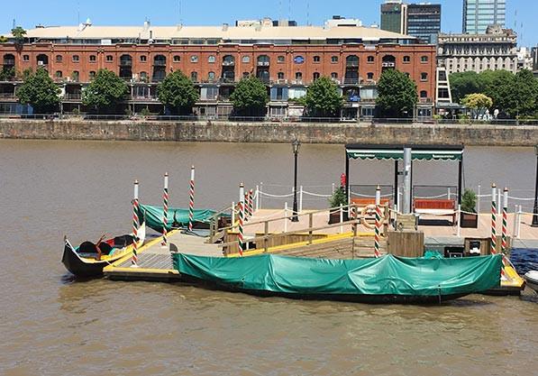Turista_en_Buenos_Aires_gondolas_Puerto_Madero