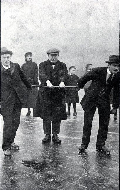 Skaters on Bardowie Loch.jpg
