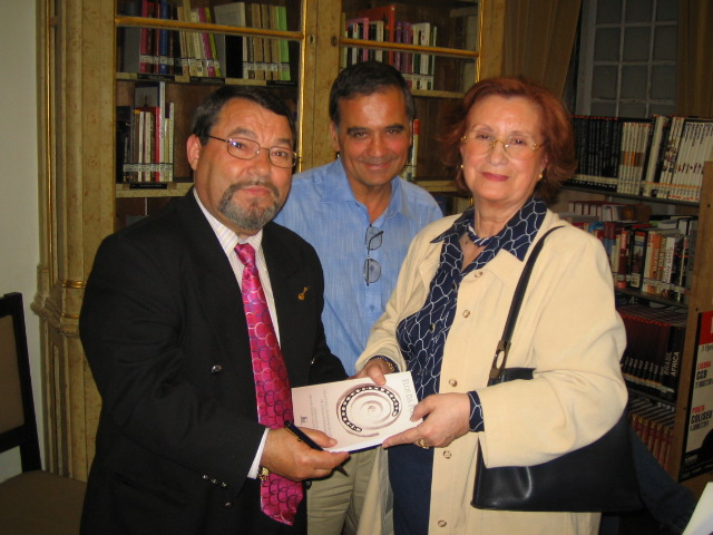 entregando_um_livro_à_presidente_da_assoc_dos_poetas_portugueses